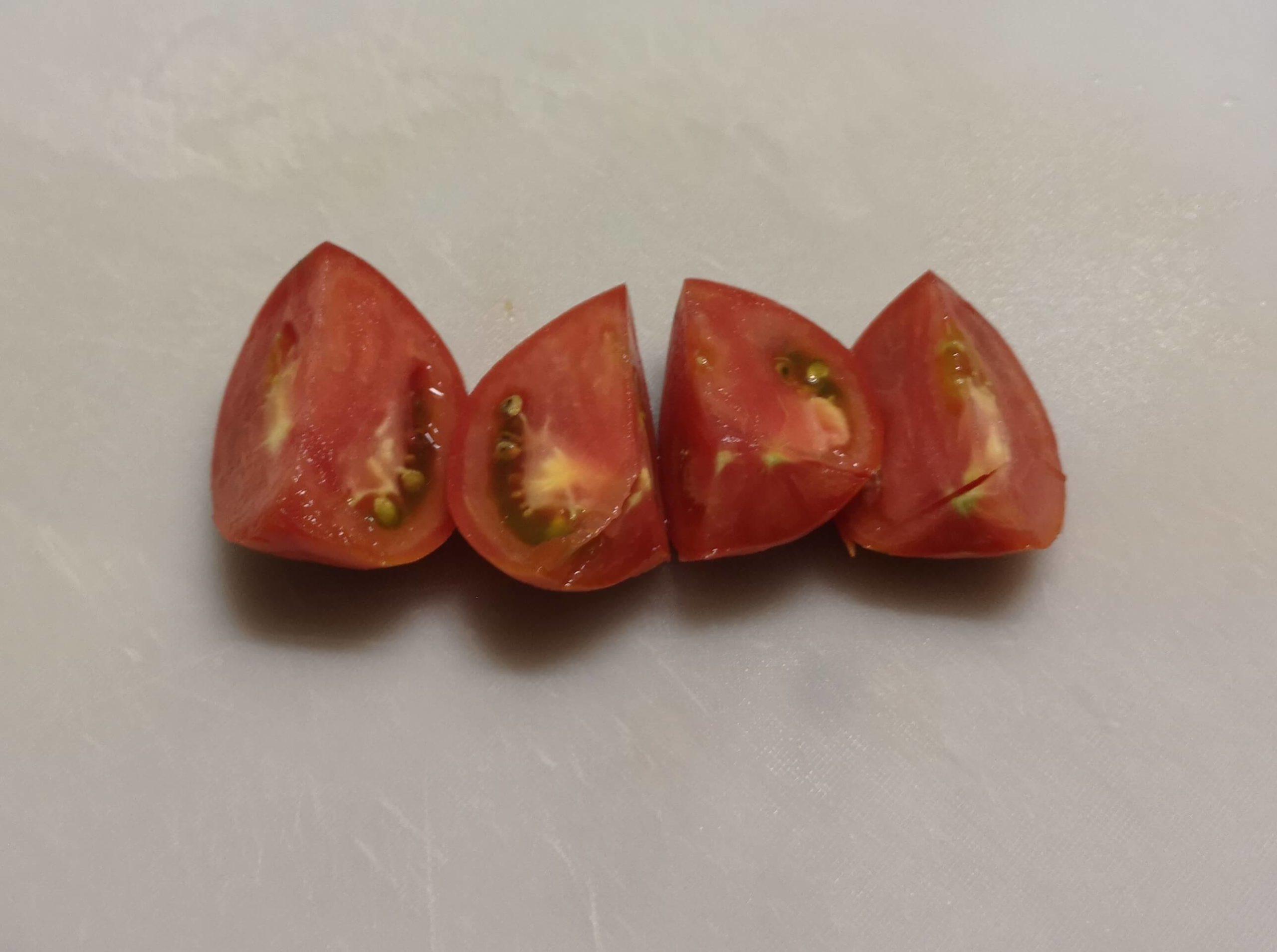 初めてのトマトは切ったまま食べました
