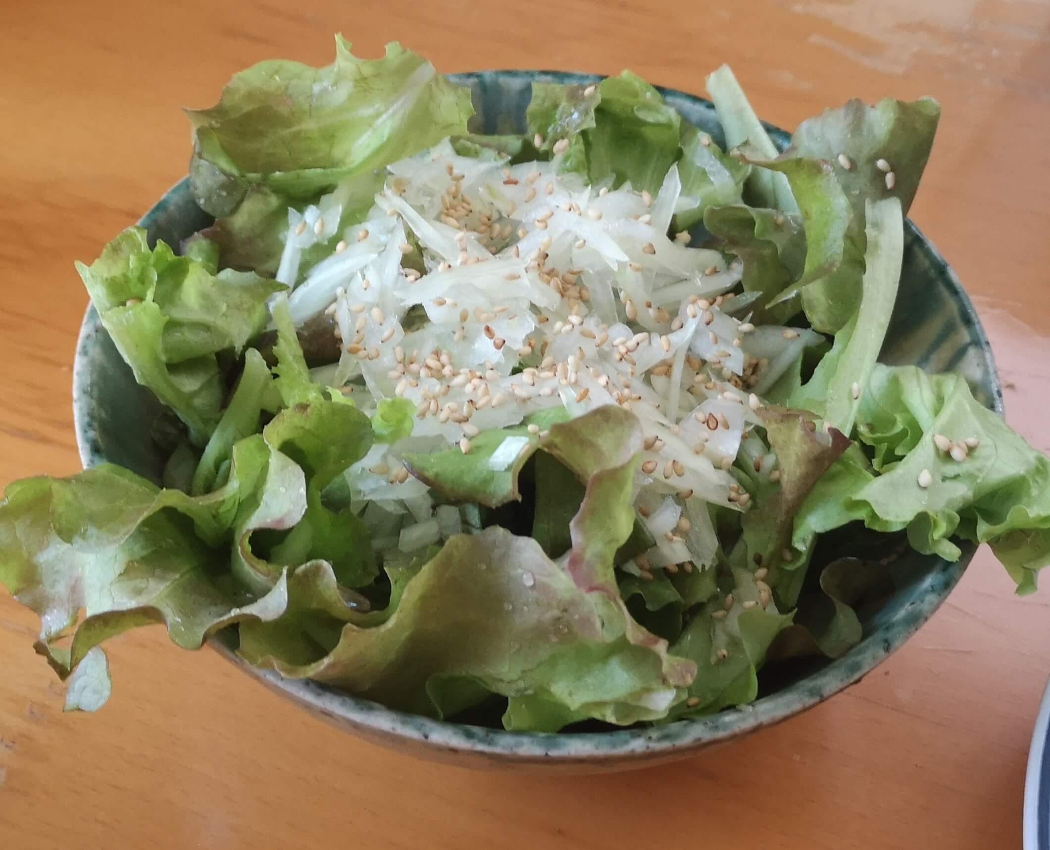 サニーレタスに刻んだ玉ねぎを乗せてサラダにして食べました